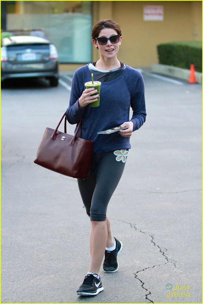 ashley greene smoothie pickup 02