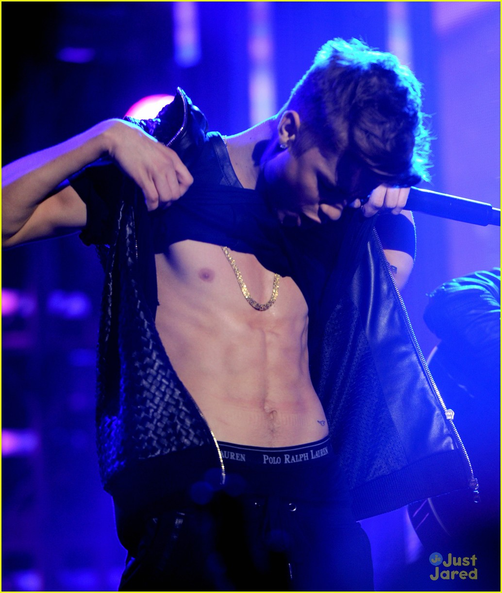 justin bieber shirtless for new years eve performance 03