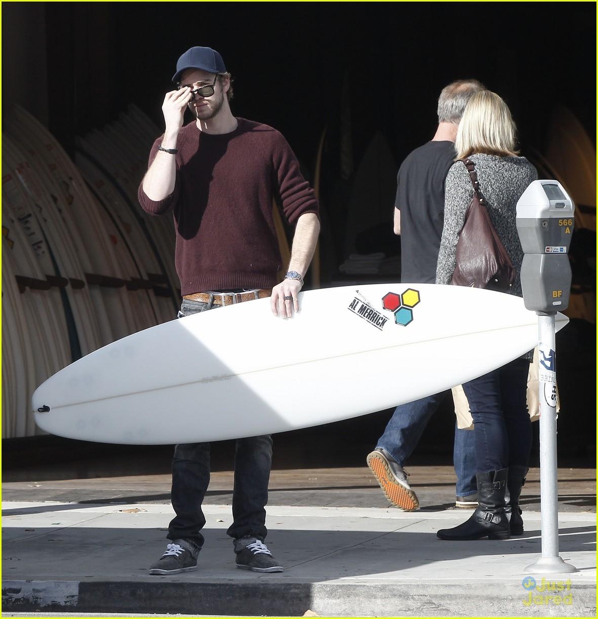 miley cyrus liam hemsworth surfboard 08