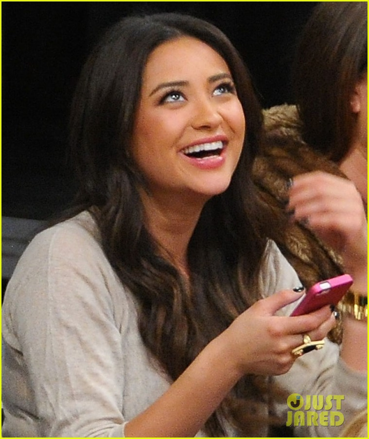 shay mitchell troian bellisario lakers game girls 02