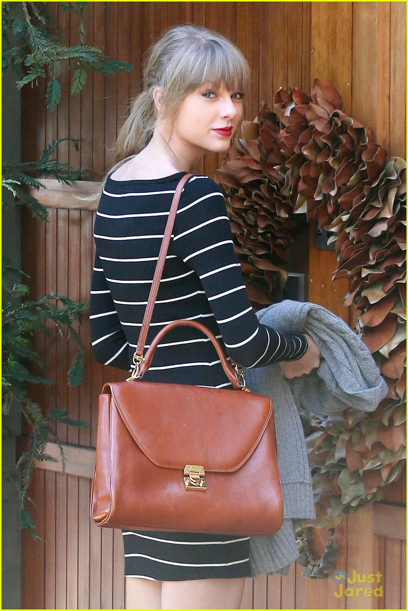 taylor swift stripes sweater 01