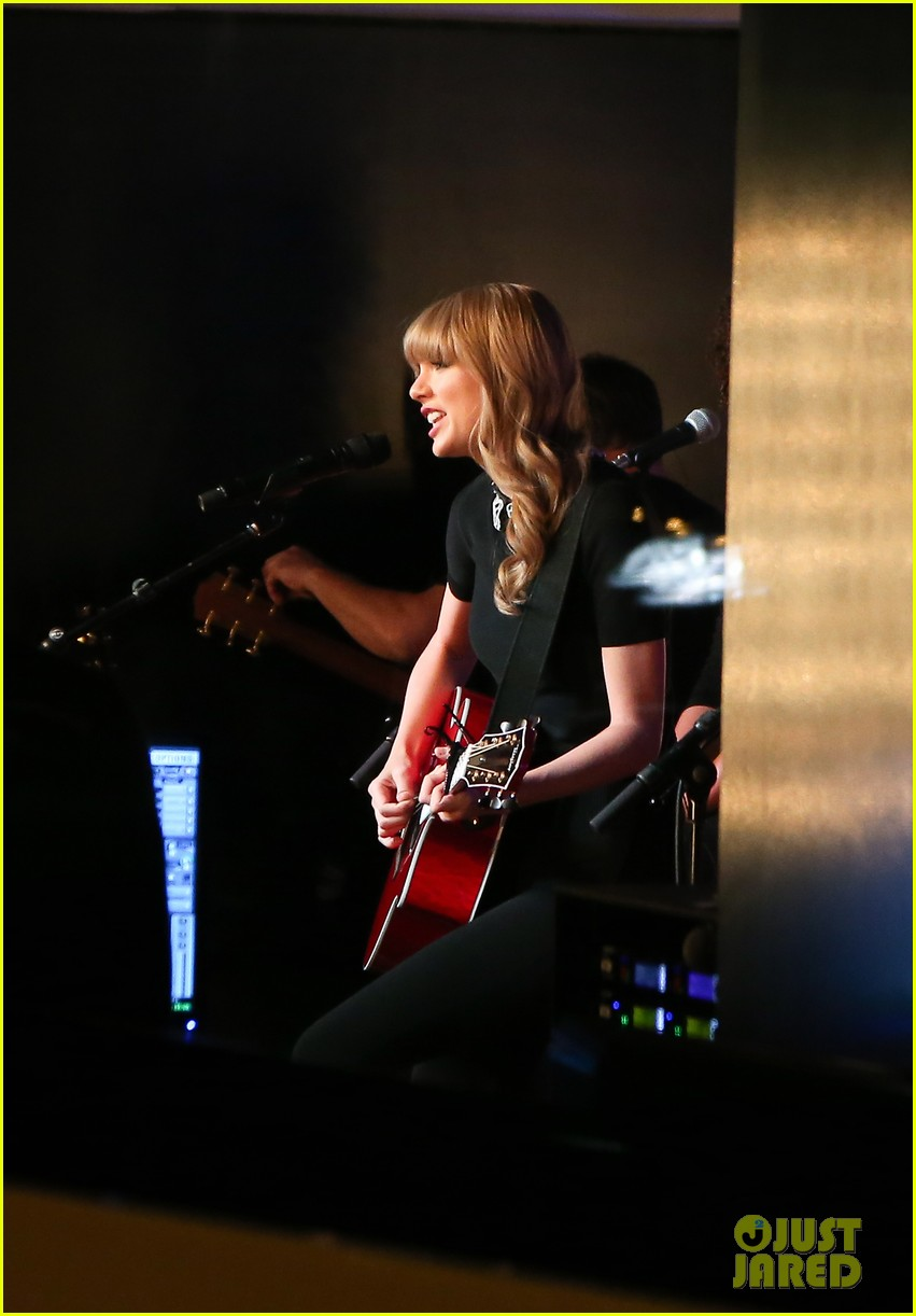 taylor swift private yacht performance 05