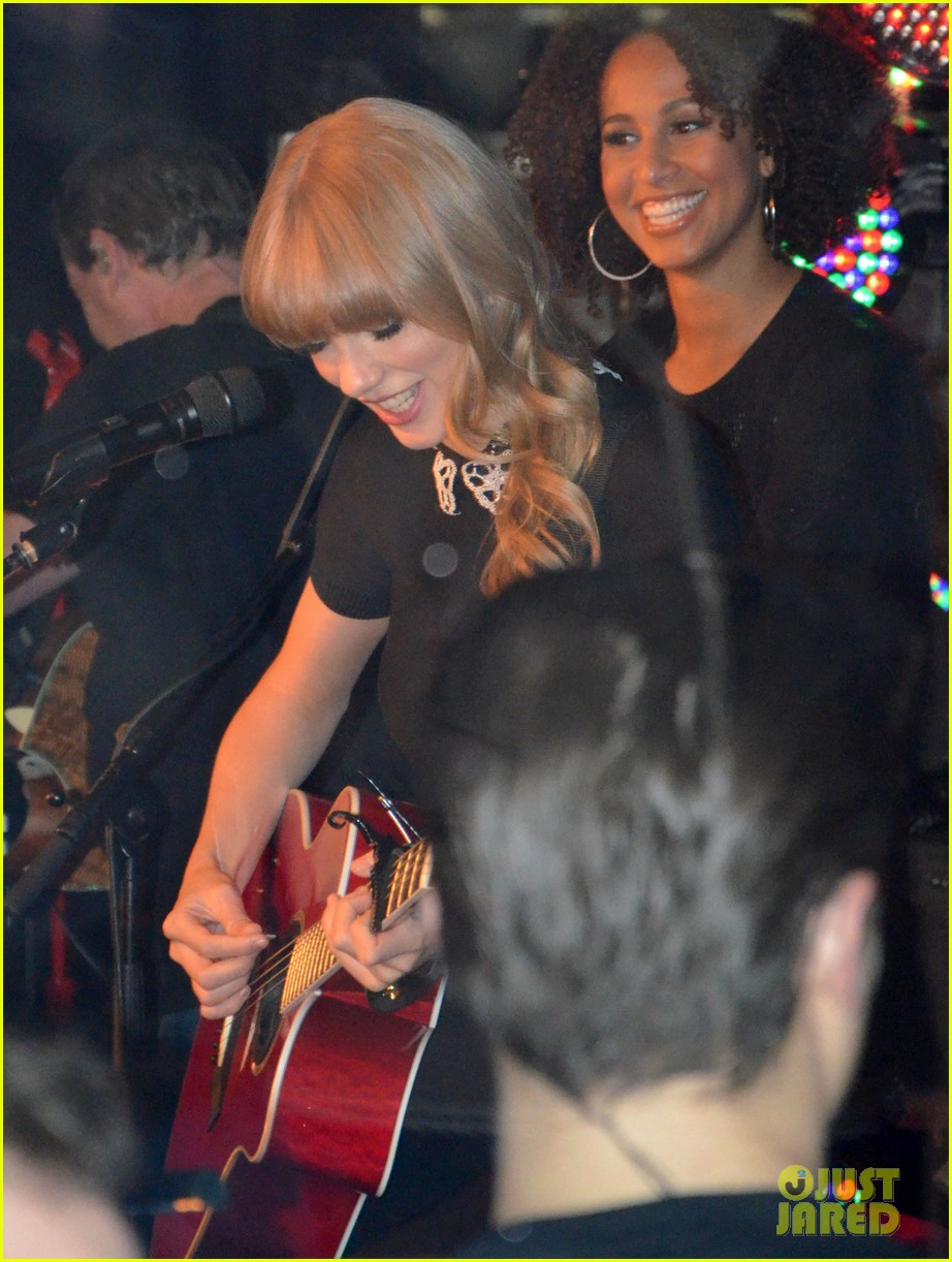 taylor swift private yacht performance 09