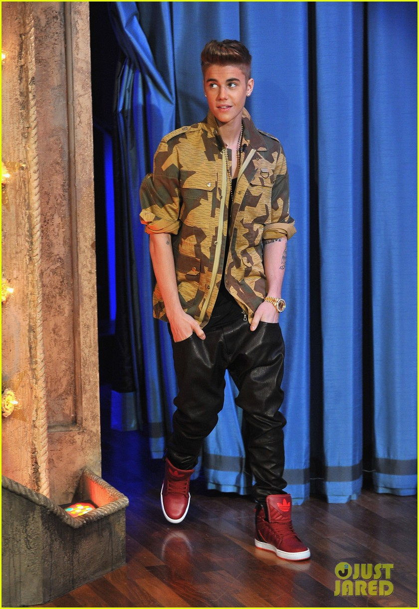 justin bieber late night appearance abs 09