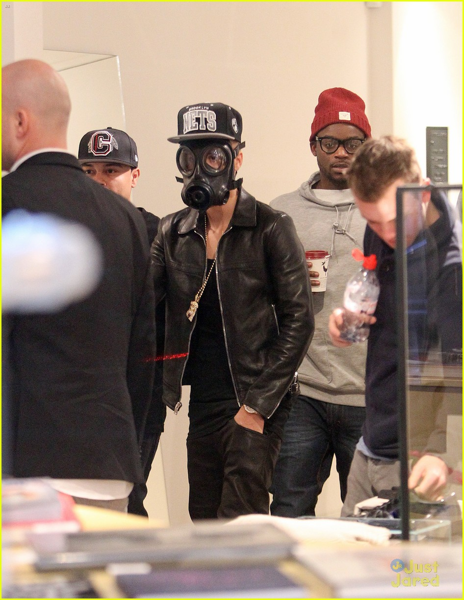justin bieber wears gas mask while shopping 05