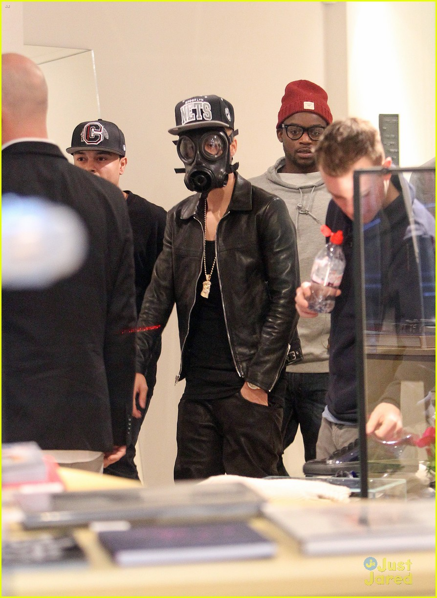 justin bieber wears gas mask while shopping 12