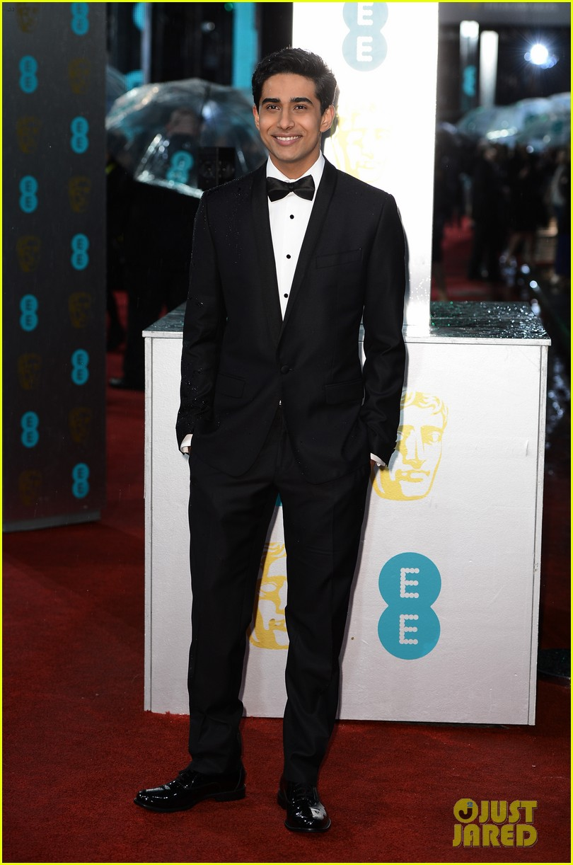 jeremy irvine baftas red carpet 13