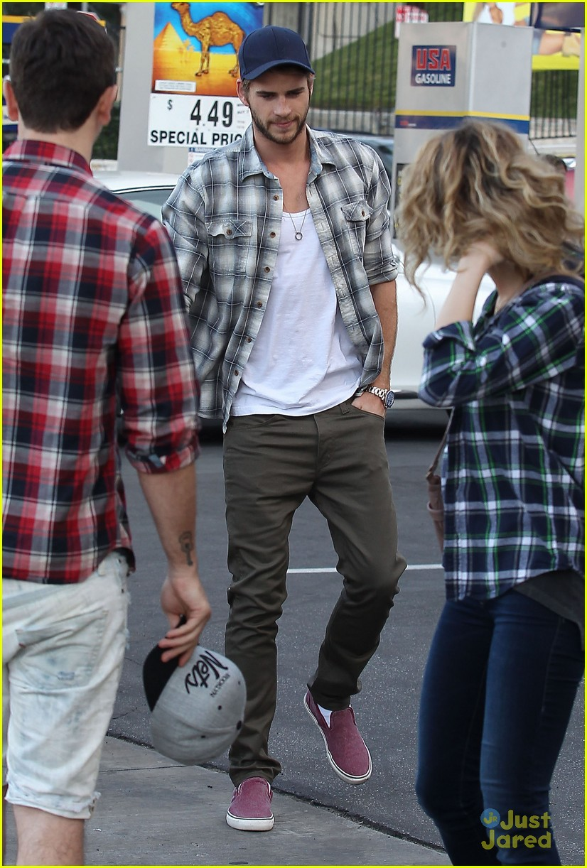liam hemsworth lunch studio city 01