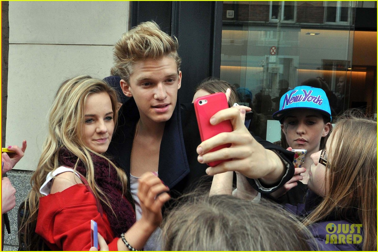 cody simpson greeting fans in dublin 02