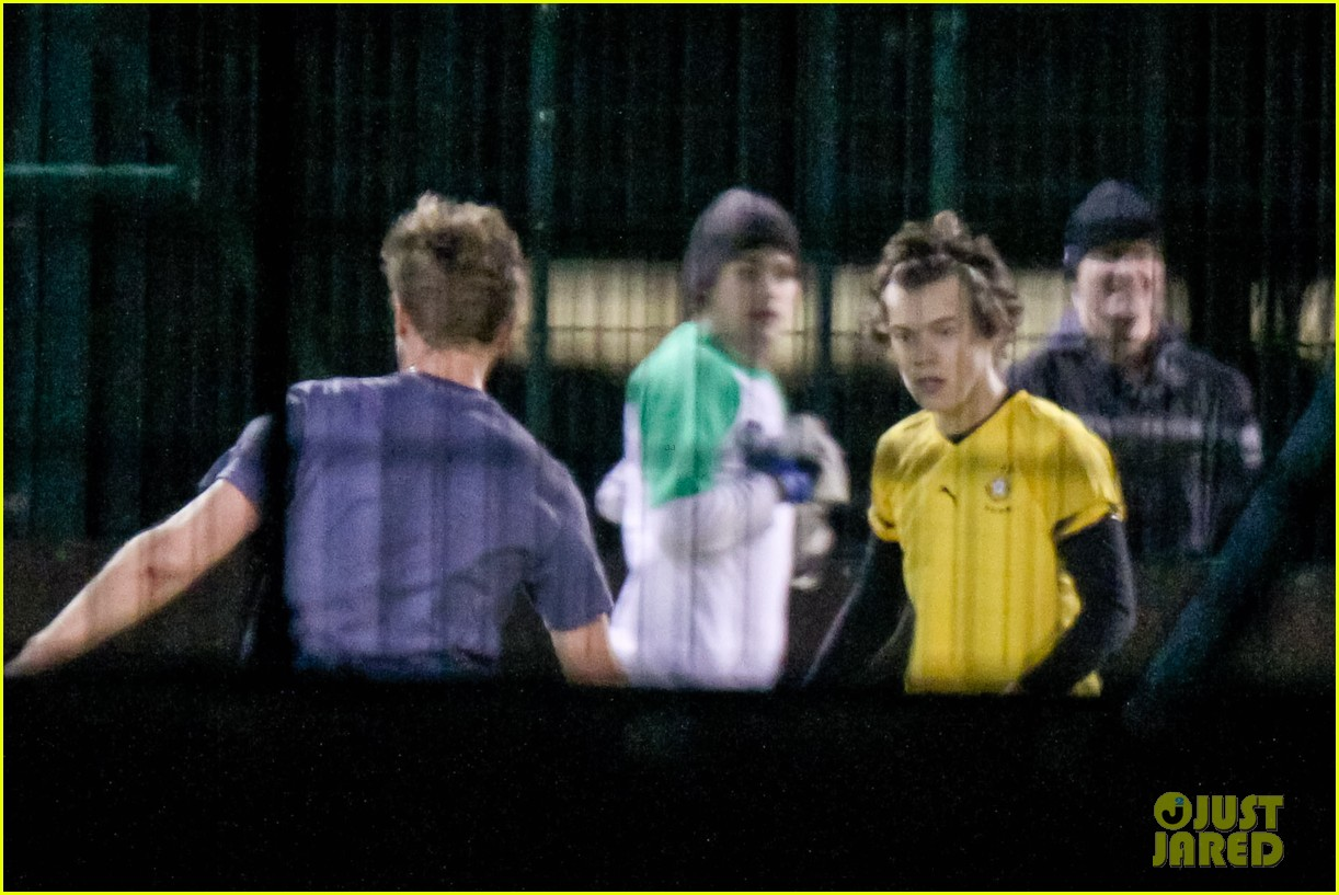 harry styles louis tomlinson soccer guys 01