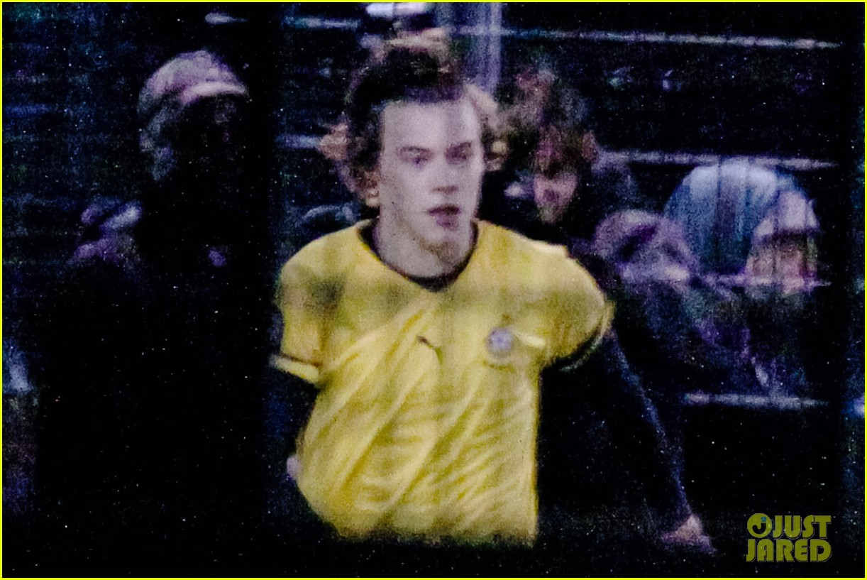 harry styles louis tomlinson soccer guys 06