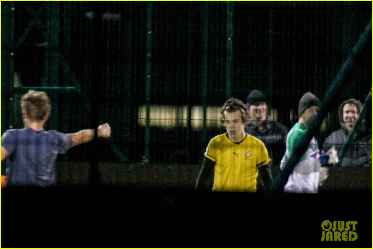harry styles louis tomlinson soccer guys 08