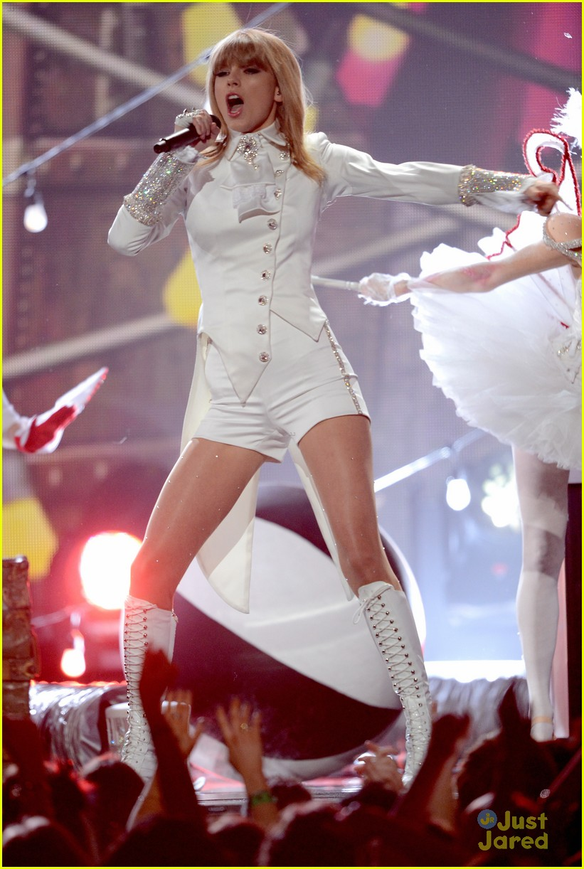 taylor swift grammys performance 17
