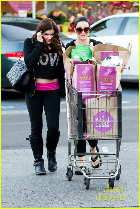 ariel winter whole foods stop with sister shanelle 01