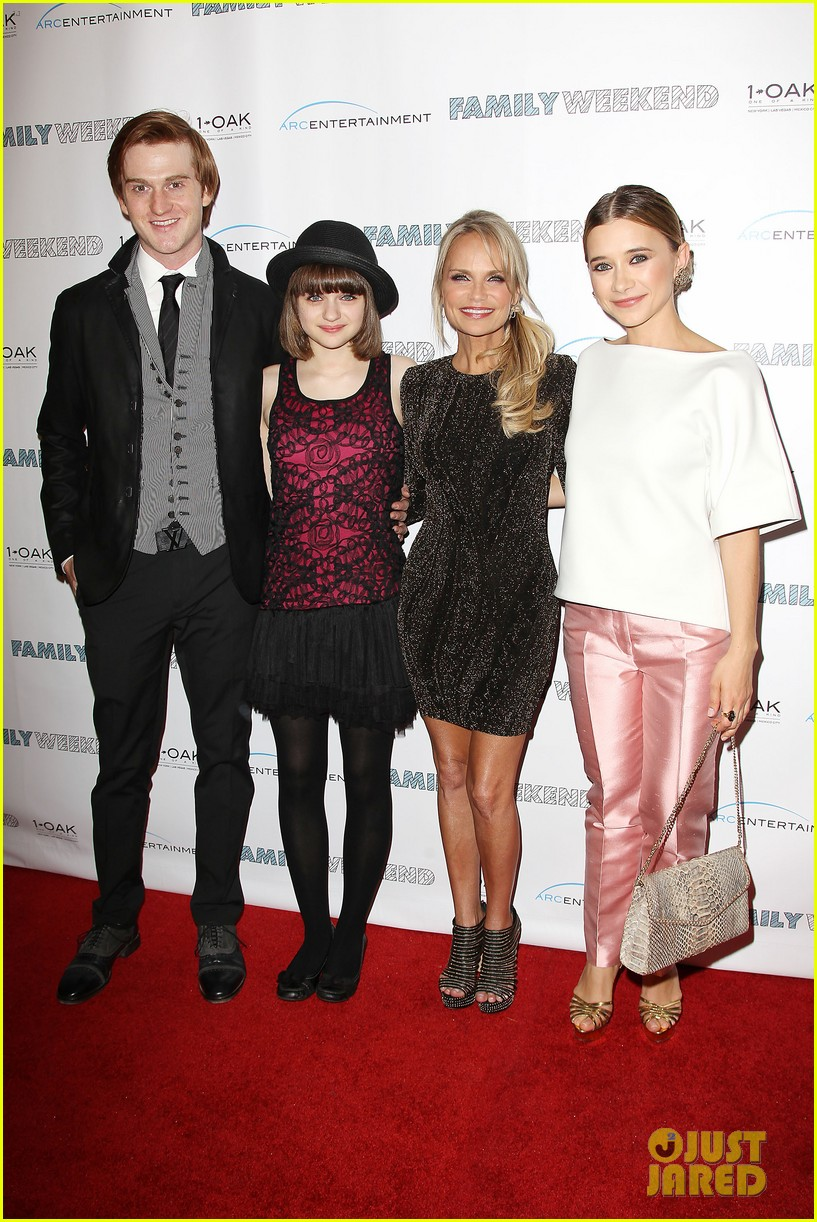 joey king family weekend premiere 03