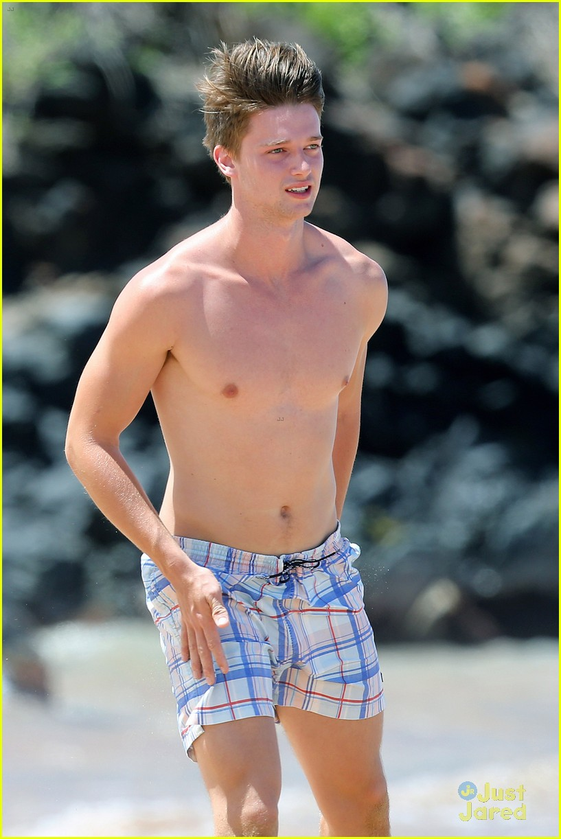 patrick schwarzenegger taylor burns kissing beach couple 14