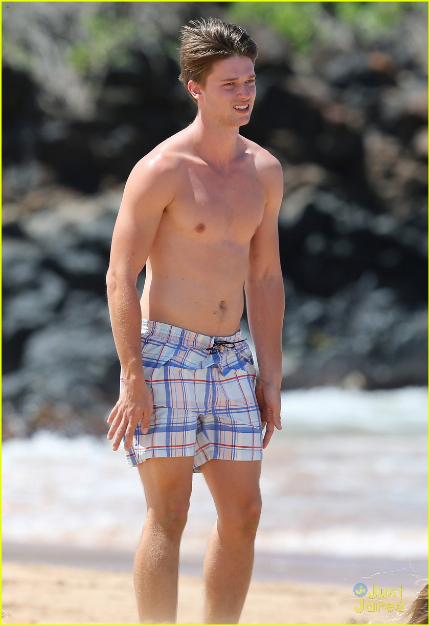 patrick schwarzenegger taylor burns kissing beach couple 17