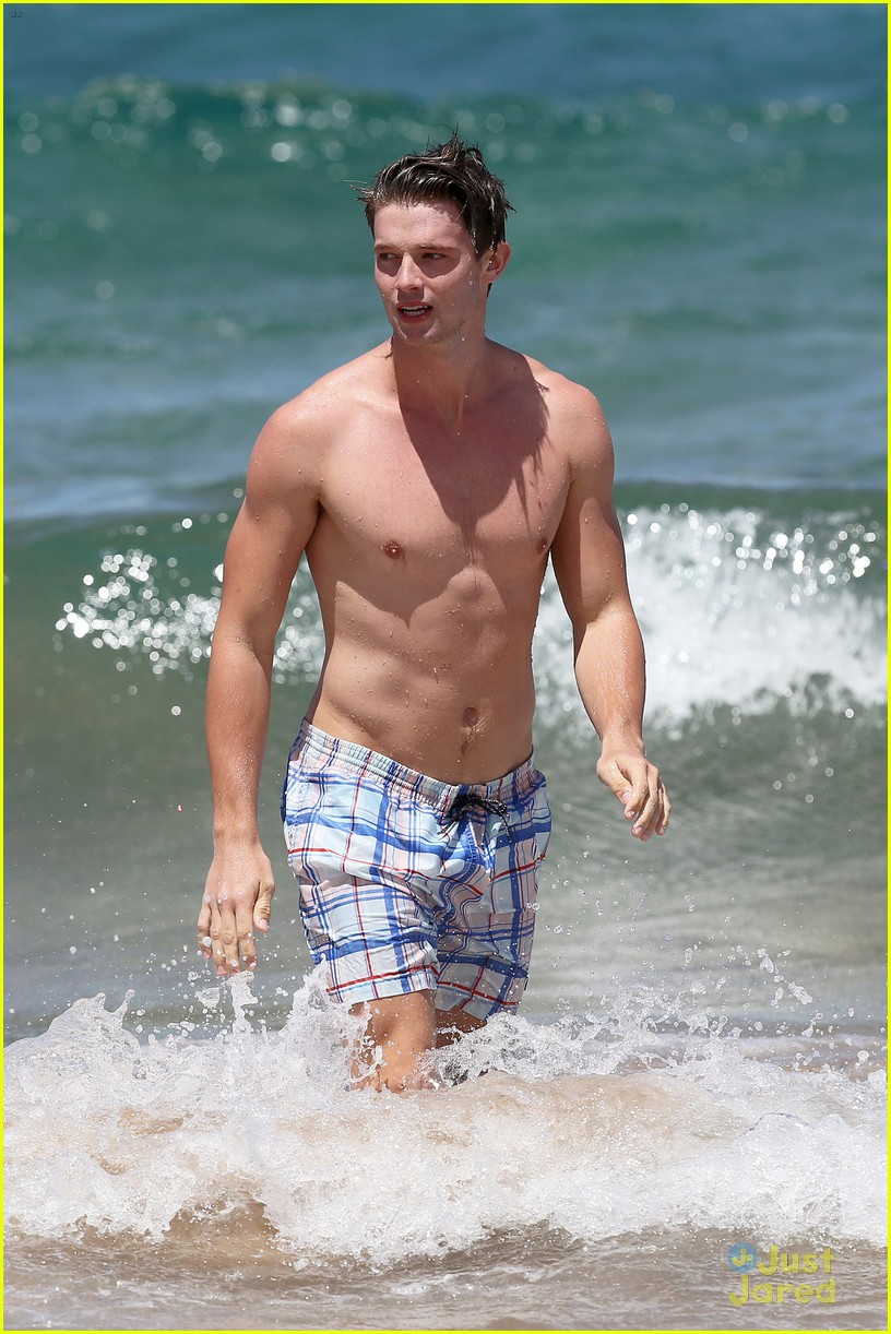 patrick schwarzenegger taylor burns kissing beach couple 23