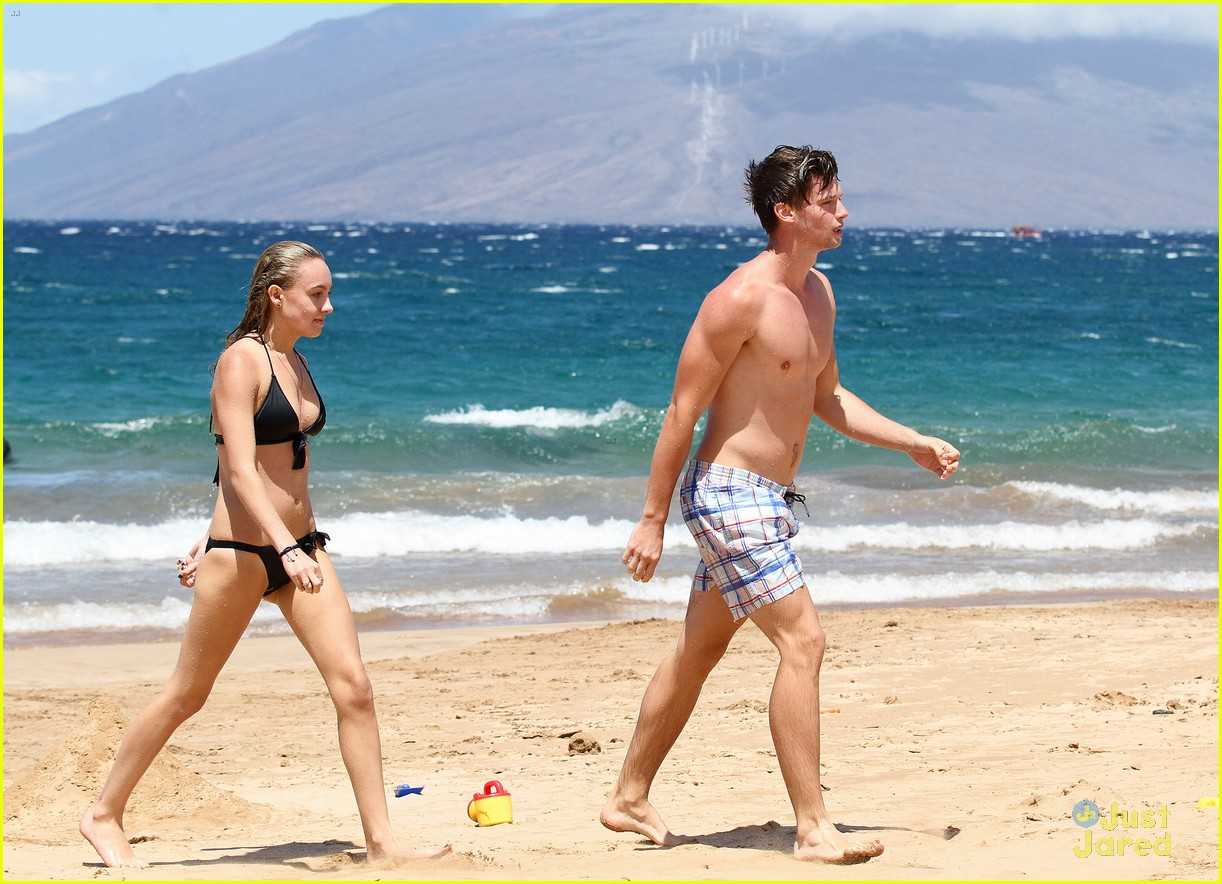 patrick schwarzenegger taylor burns kissing beach couple 24