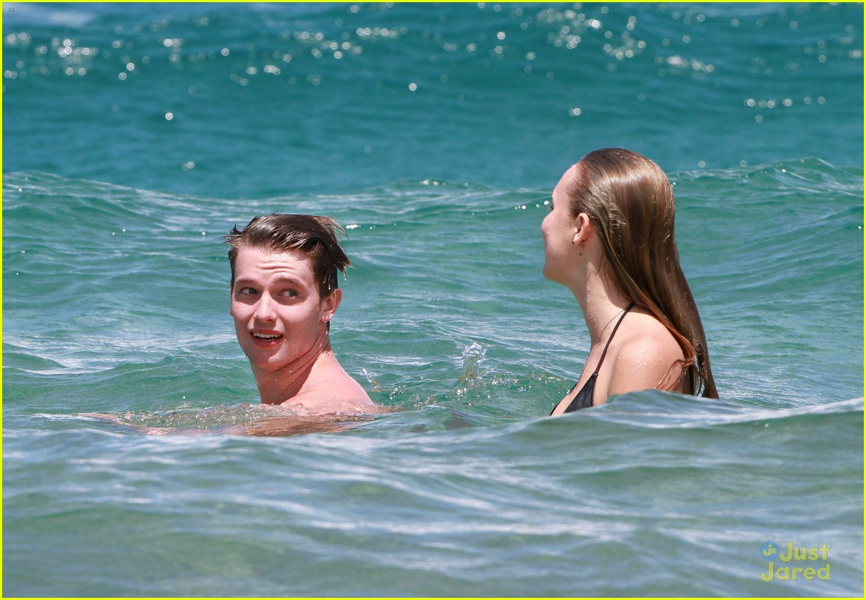 patrick schwarzenegger taylor burns kissing beach couple 28
