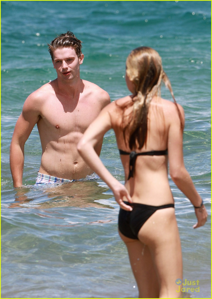 patrick schwarzenegger taylor burns kissing beach couple 31