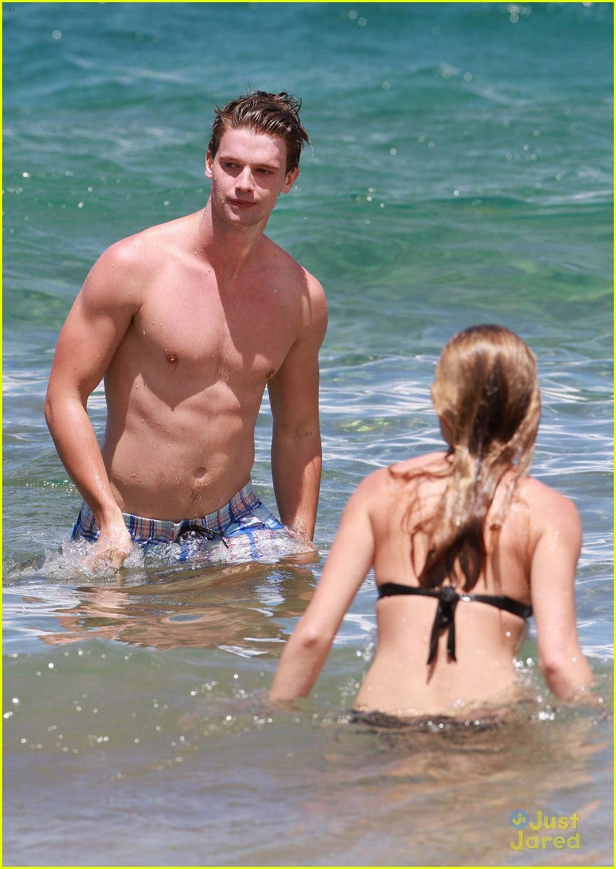 patrick schwarzenegger taylor burns kissing beach couple 32