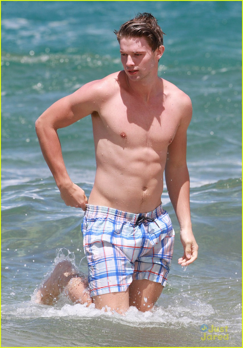 patrick schwarzenegger taylor burns kissing beach couple 38