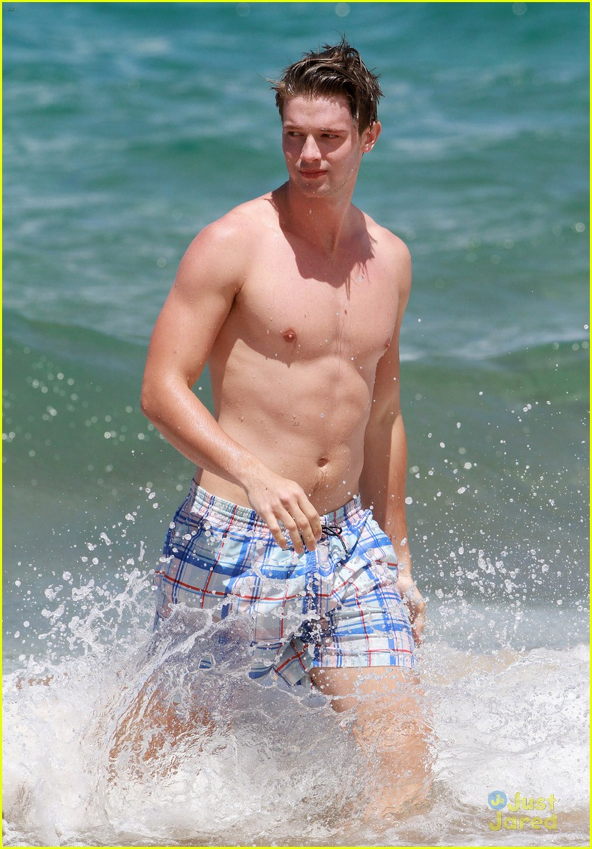 patrick schwarzenegger taylor burns kissing beach couple 39