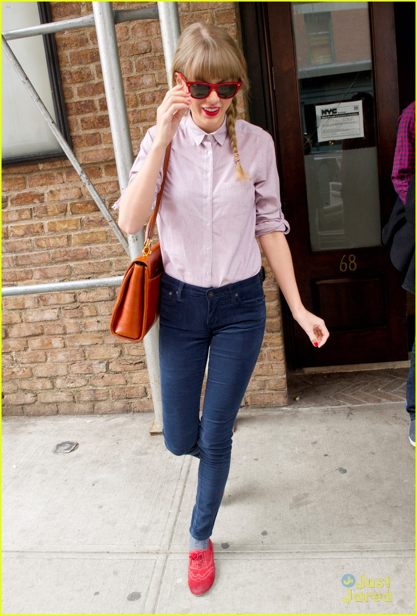 taylor swift red loafers 04