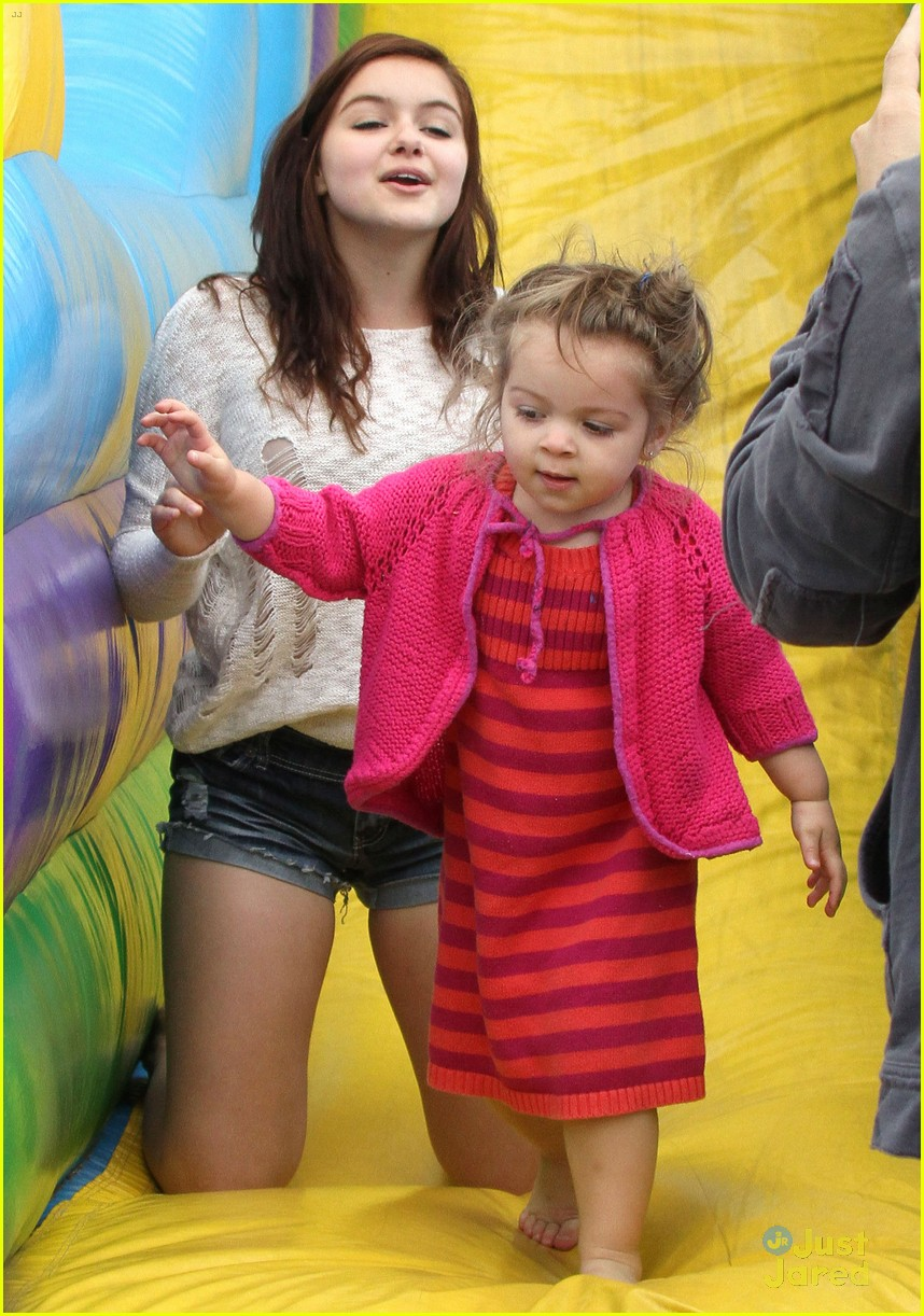ariel winter fun at the farmers market 02