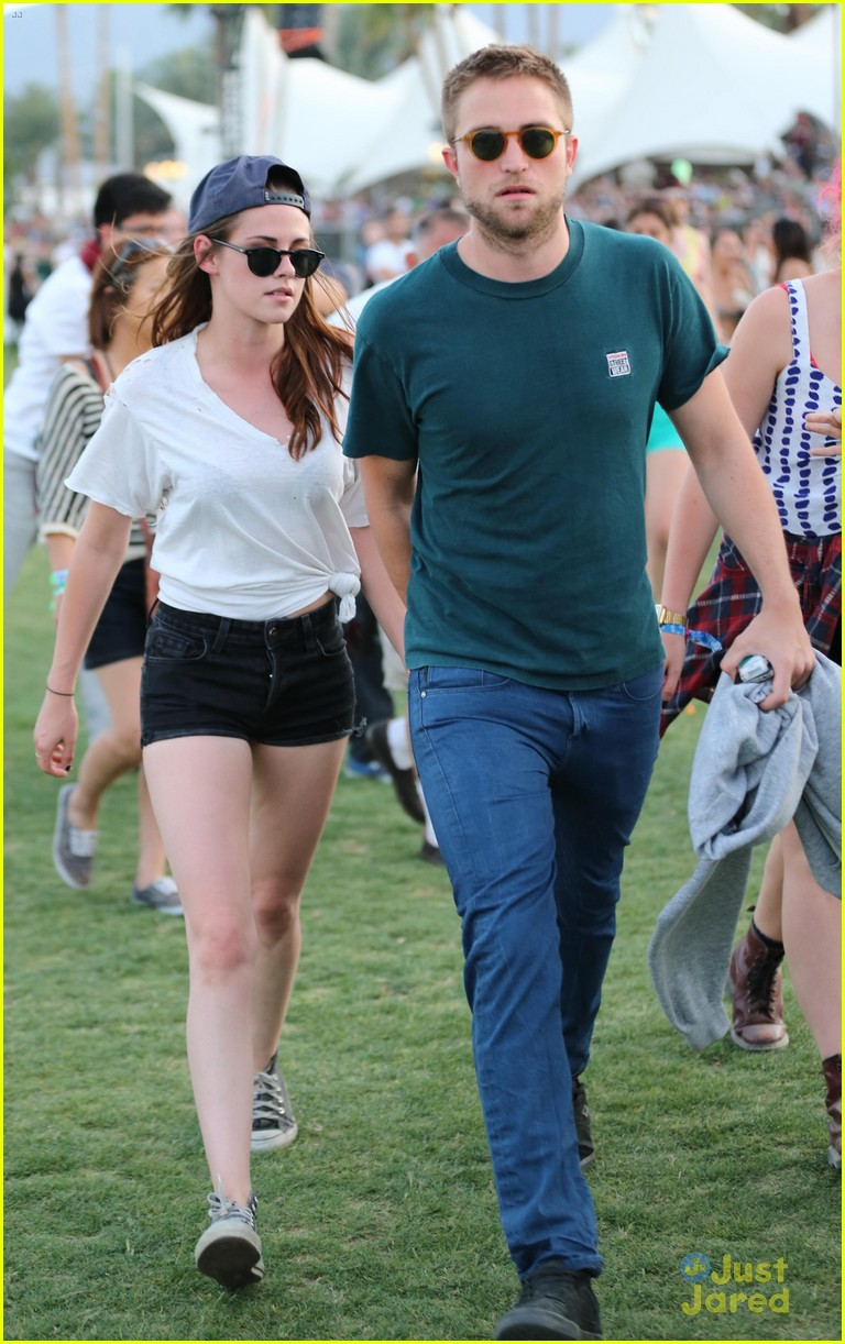 kristen stewart robert pattinson holding hands at coachella day two 10
