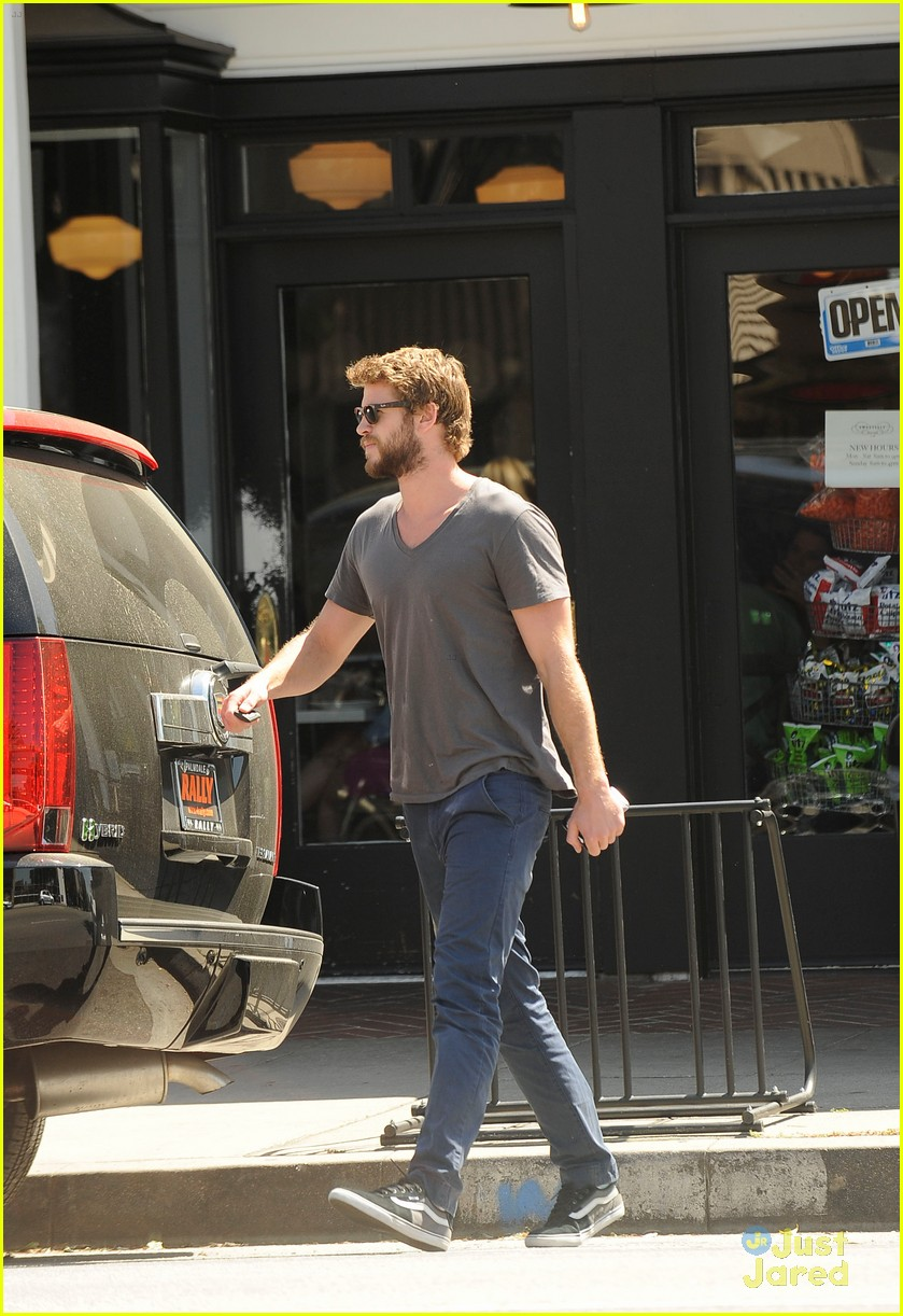 liam hemsworth beard stop 02