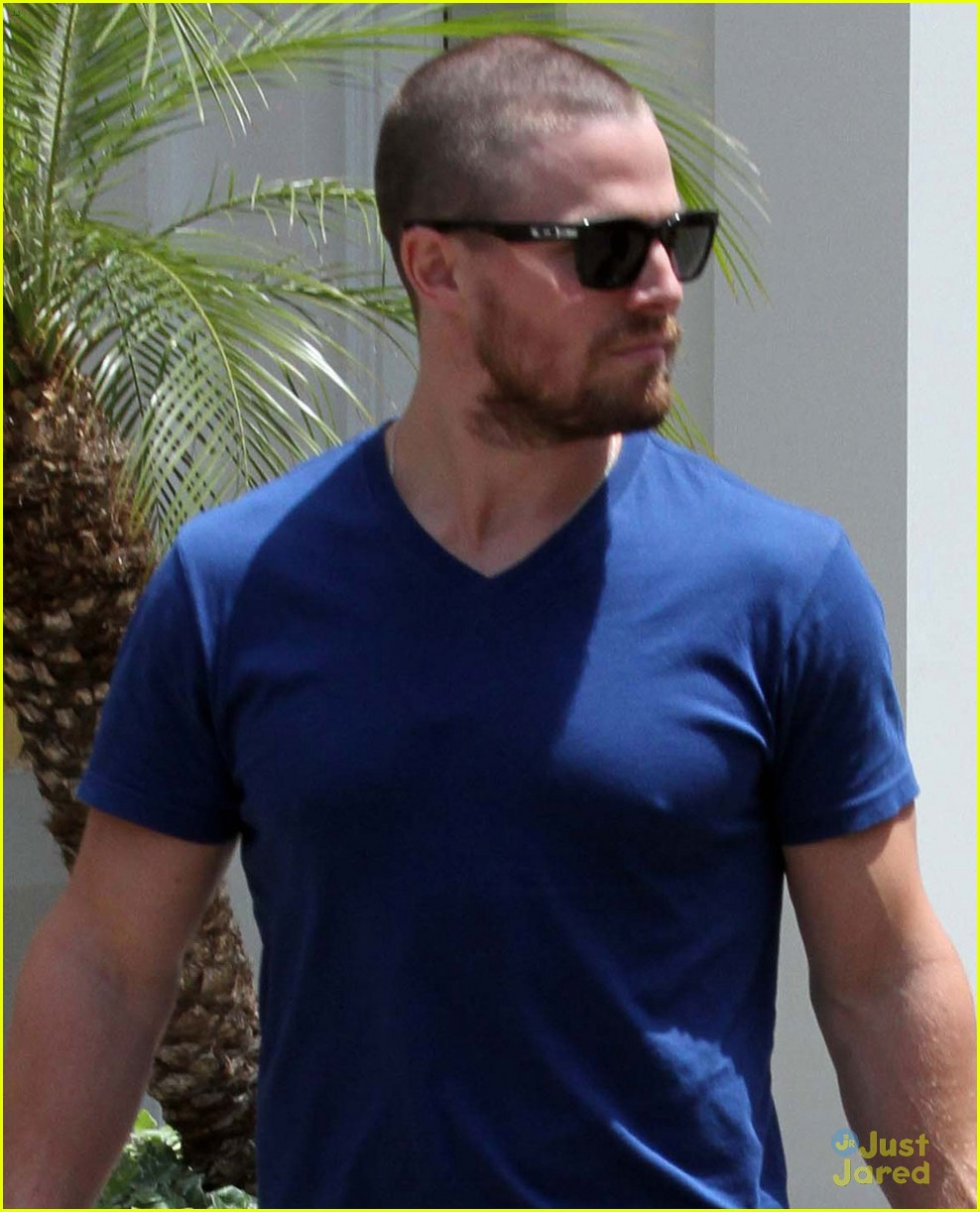 stephen amell grove shopper with wife cassandra jean 05