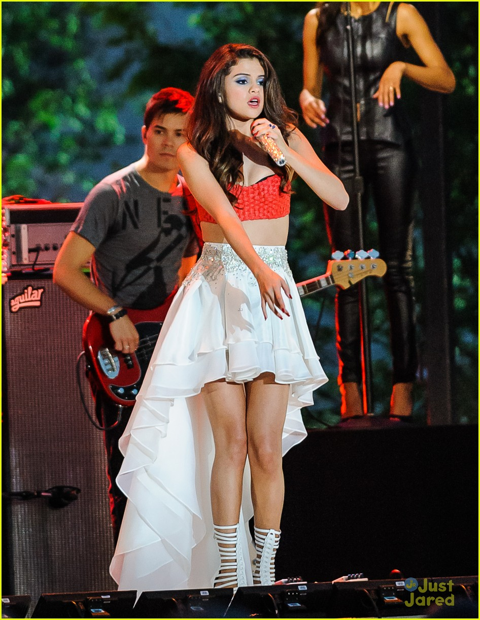 selena gomez pretapes fourth of july performance 03