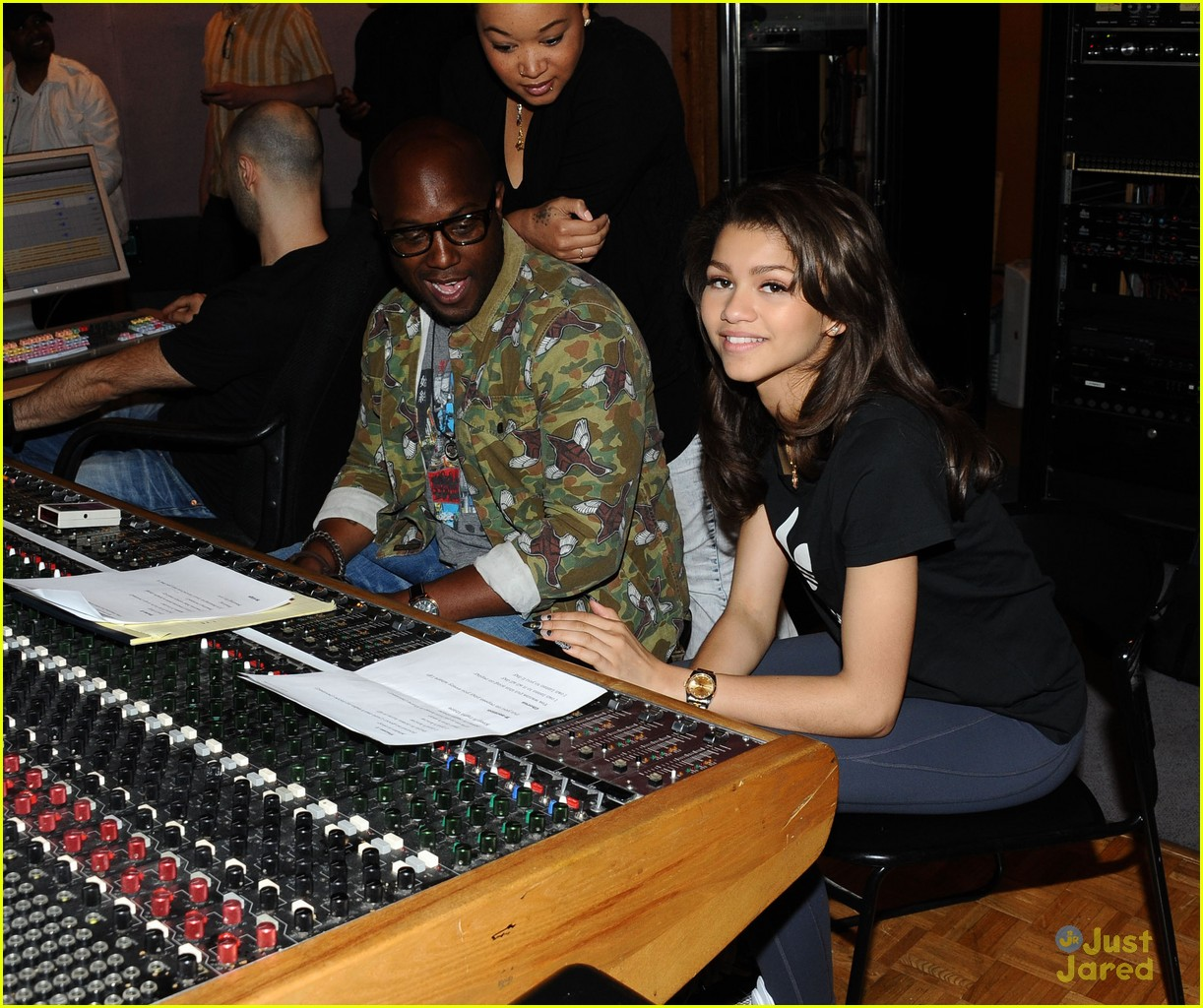 zendaya replay recording pics 03