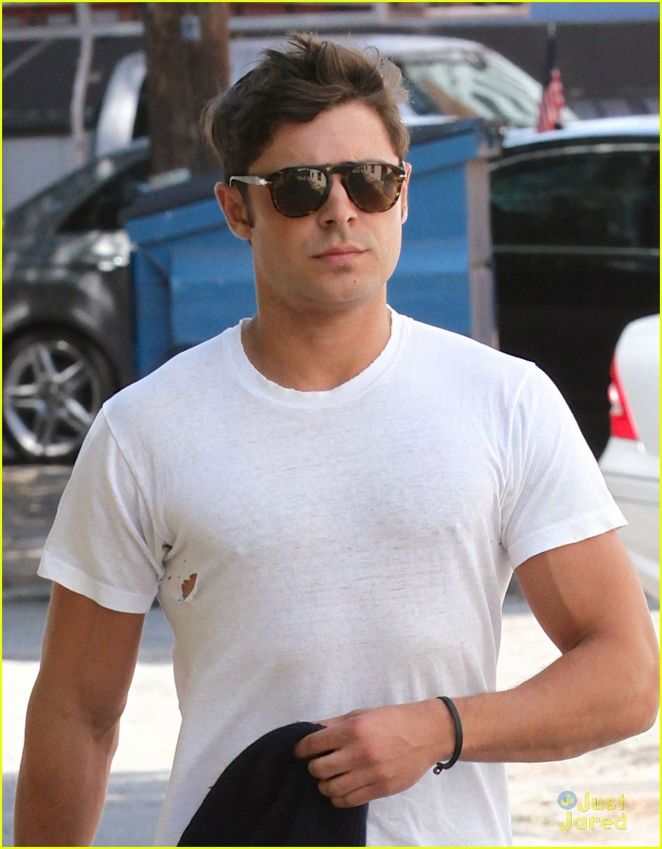 zac efron leaves his fly down 01