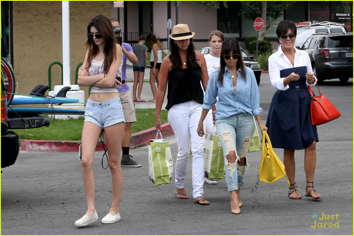 kendall kylie jenner shopping sisters 03