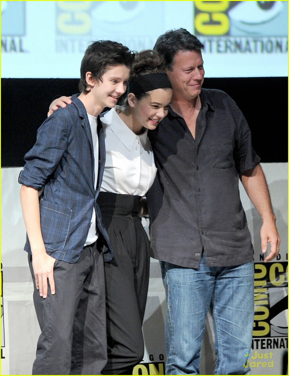 hailee steinfeld 39 ender 39 s game 39 comic con panel with asa butterfield photo 578291 photo. Black Bedroom Furniture Sets. Home Design Ideas