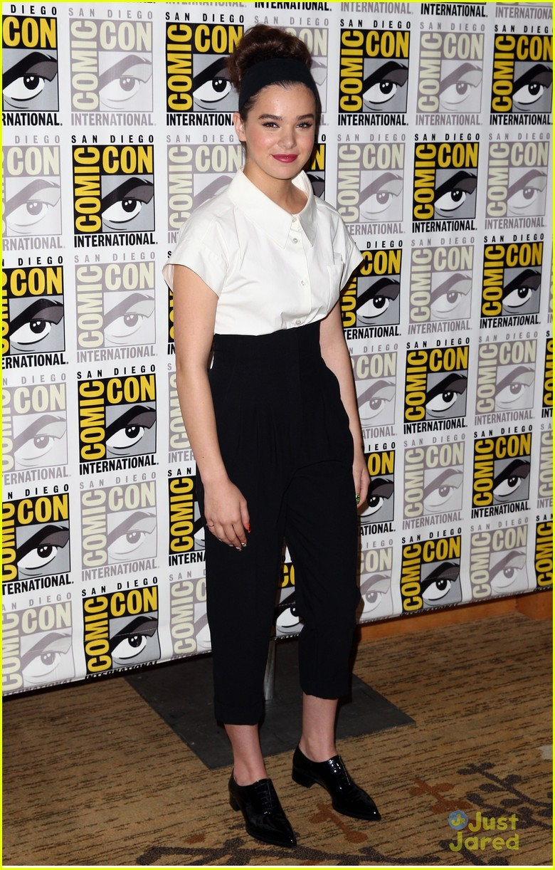 hailee steinfeld 39 ender 39 s game 39 comic con panel with asa butterfield photo 578304 photo. Black Bedroom Furniture Sets. Home Design Ideas