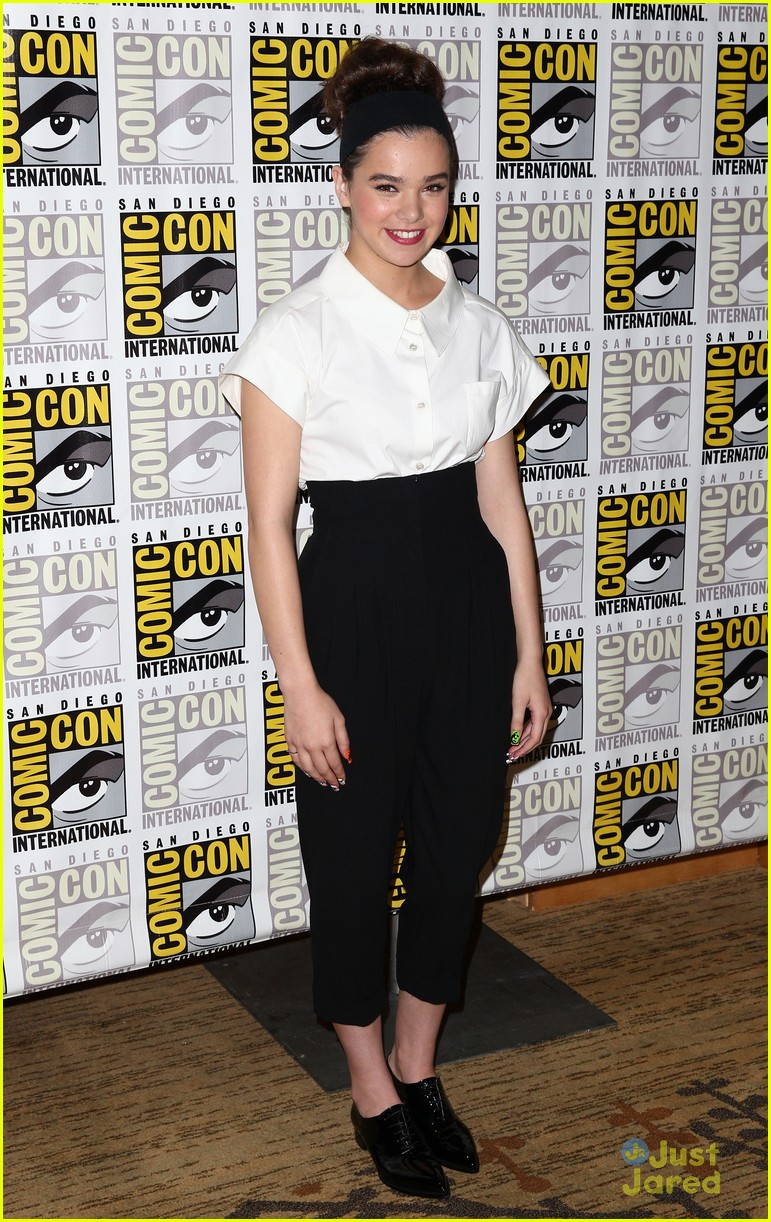 hailee steinfeld 39 ender 39 s game 39 comic con panel with asa butterfield photo 578305 photo. Black Bedroom Furniture Sets. Home Design Ideas