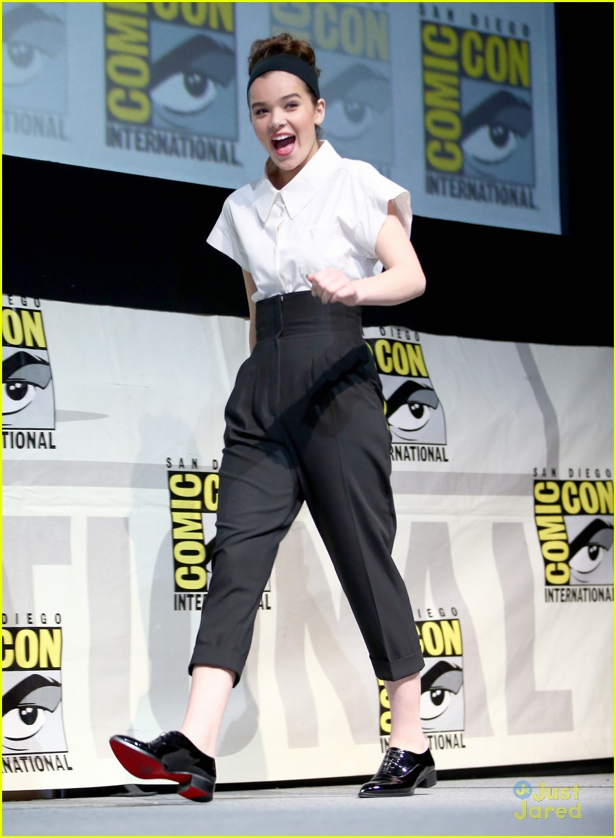 hailee steinfeld 39 ender 39 s game 39 comic con panel with asa butterfield photo 578324 photo. Black Bedroom Furniture Sets. Home Design Ideas