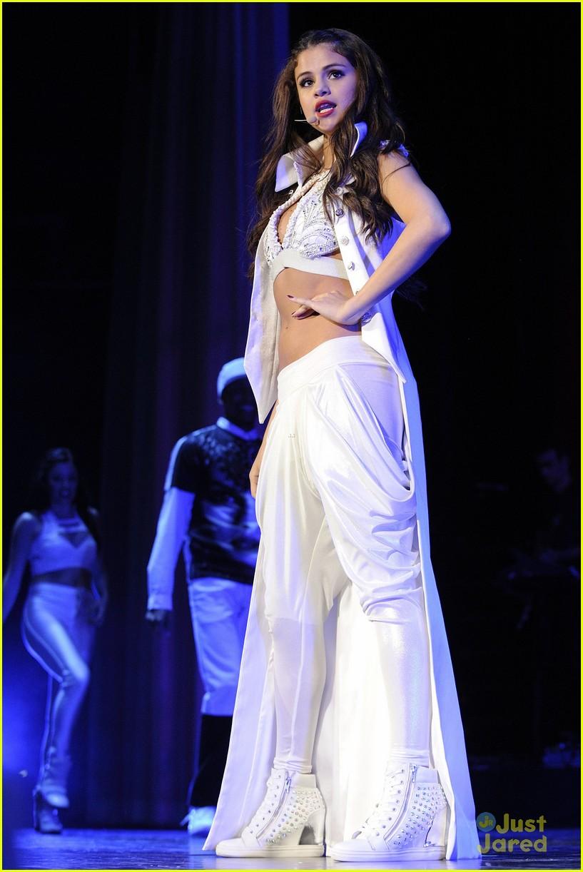 Selena gomez stars dance toronto concert pics photo 591042 selena gomez stars dance toronto concert pics photo 591042 photo gallery just jared jr voltagebd Image collections