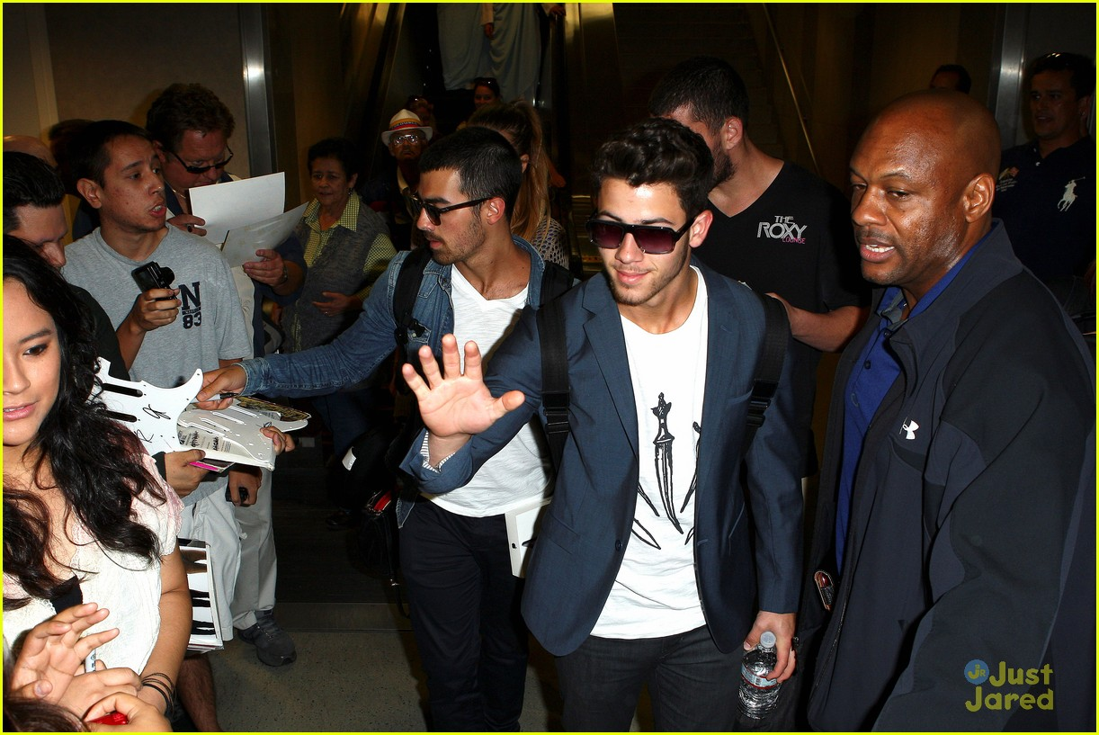 jonas brothers dallas lax arrival 06