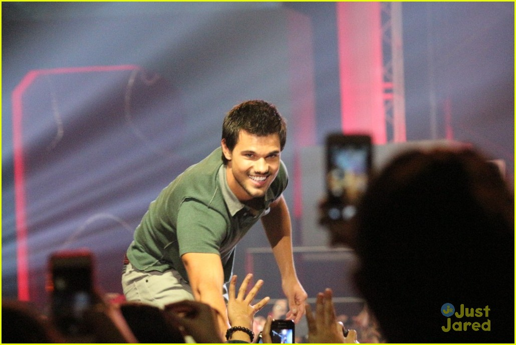 taylor lautner im still close with my twlight cast mates 03