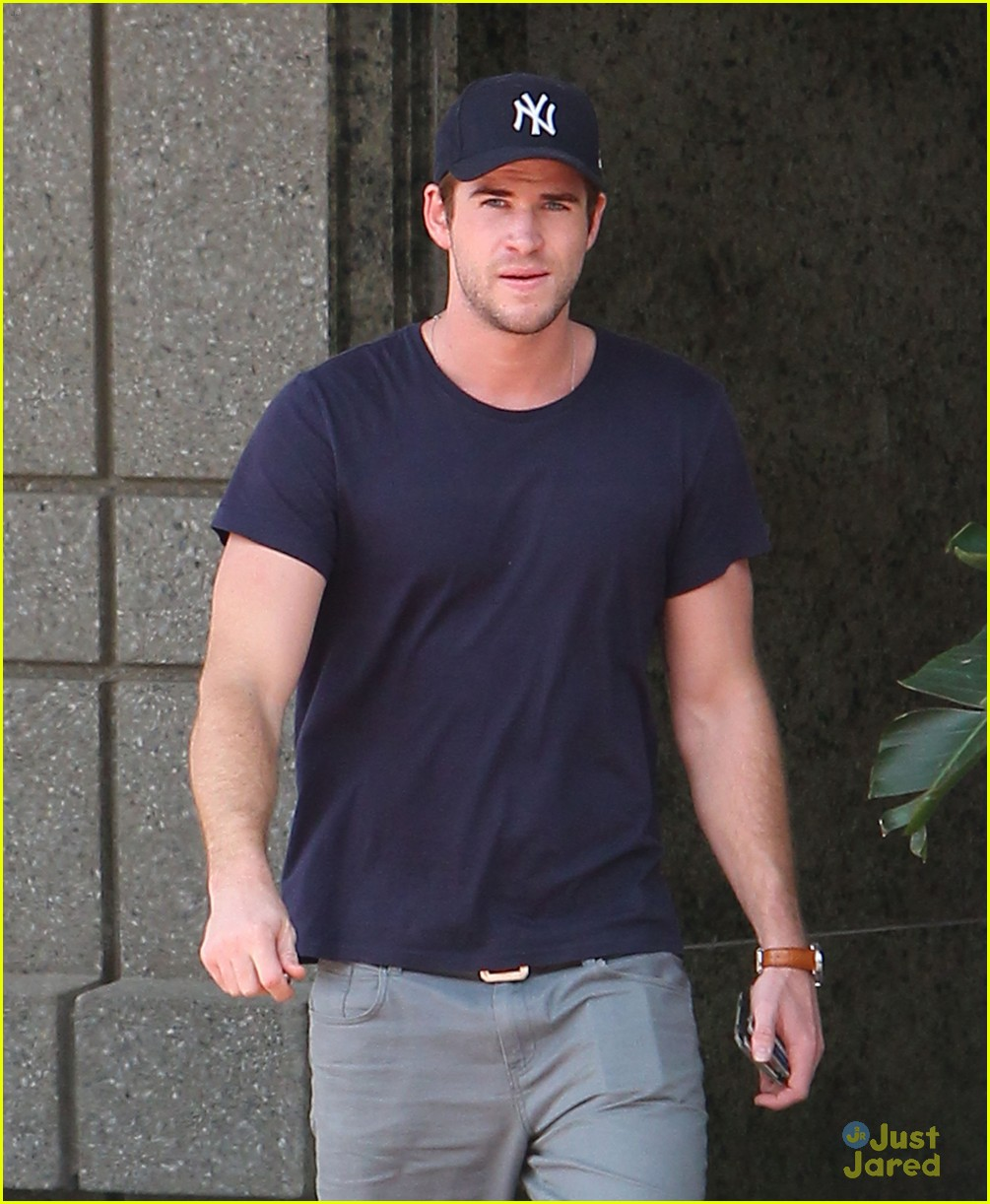 liam hemsworth atlanta hotel 14