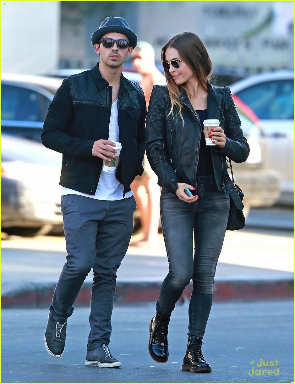 Joe Jonas & Blanda Eggenschwiler: Sidewalk Smooches ...