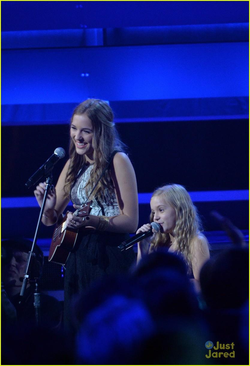 Taylor Swift Sings with Lennon & Maisy Stella at CMA Awards
