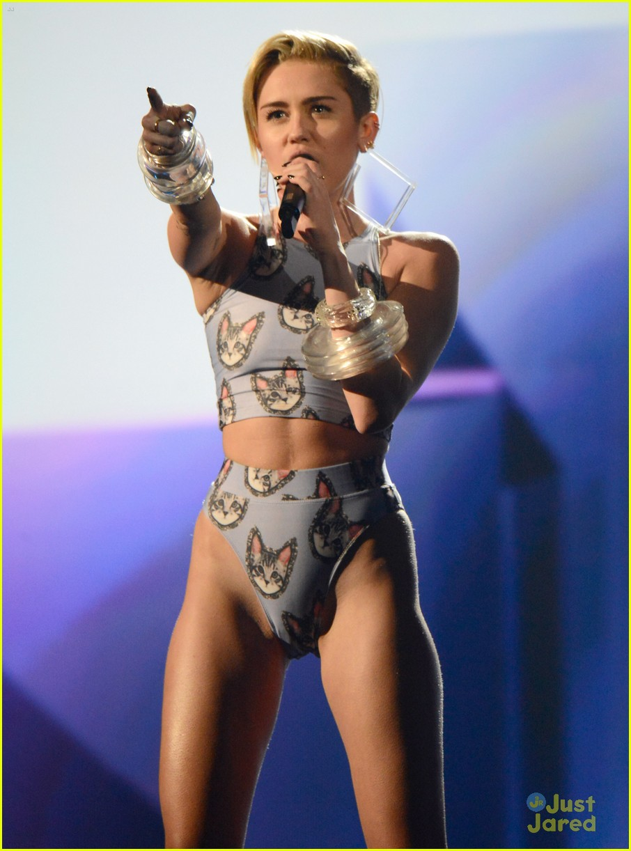 Miley Cyrus Wrecking Ball At Amas 2013 Watch Now