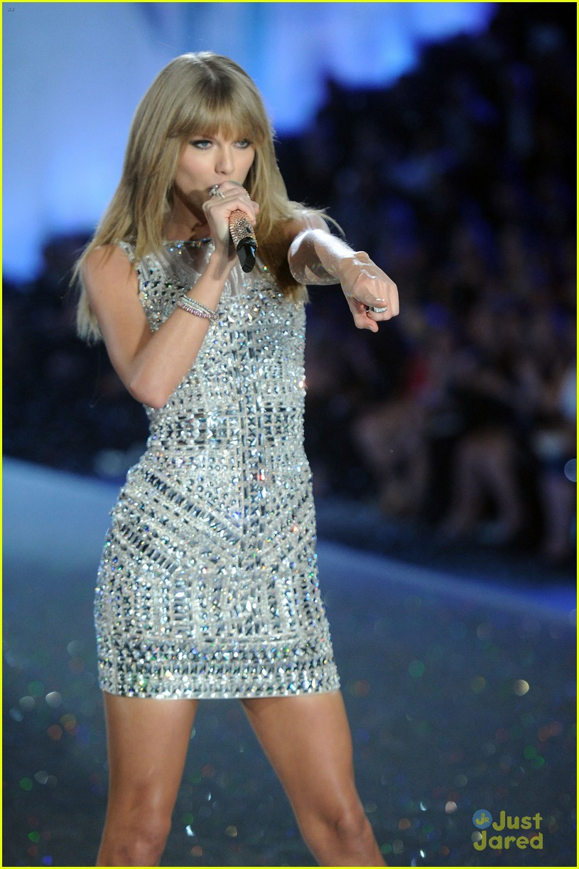 Taylor Swift: Two Outfits for Victoria\'s Secret Fashion Show ...