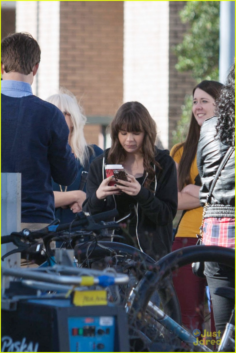 hailee steinfeld thomas mann barely lethal set 09